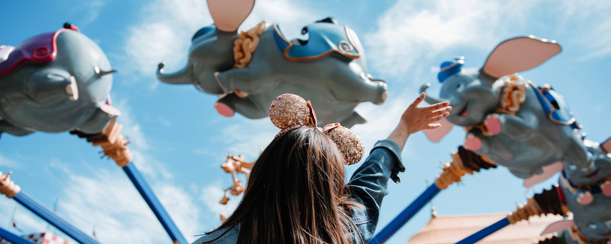 Une mère et sa fille partagent une accolade chaleureuse devant le CinderellaCastle au parc MagicKingdom