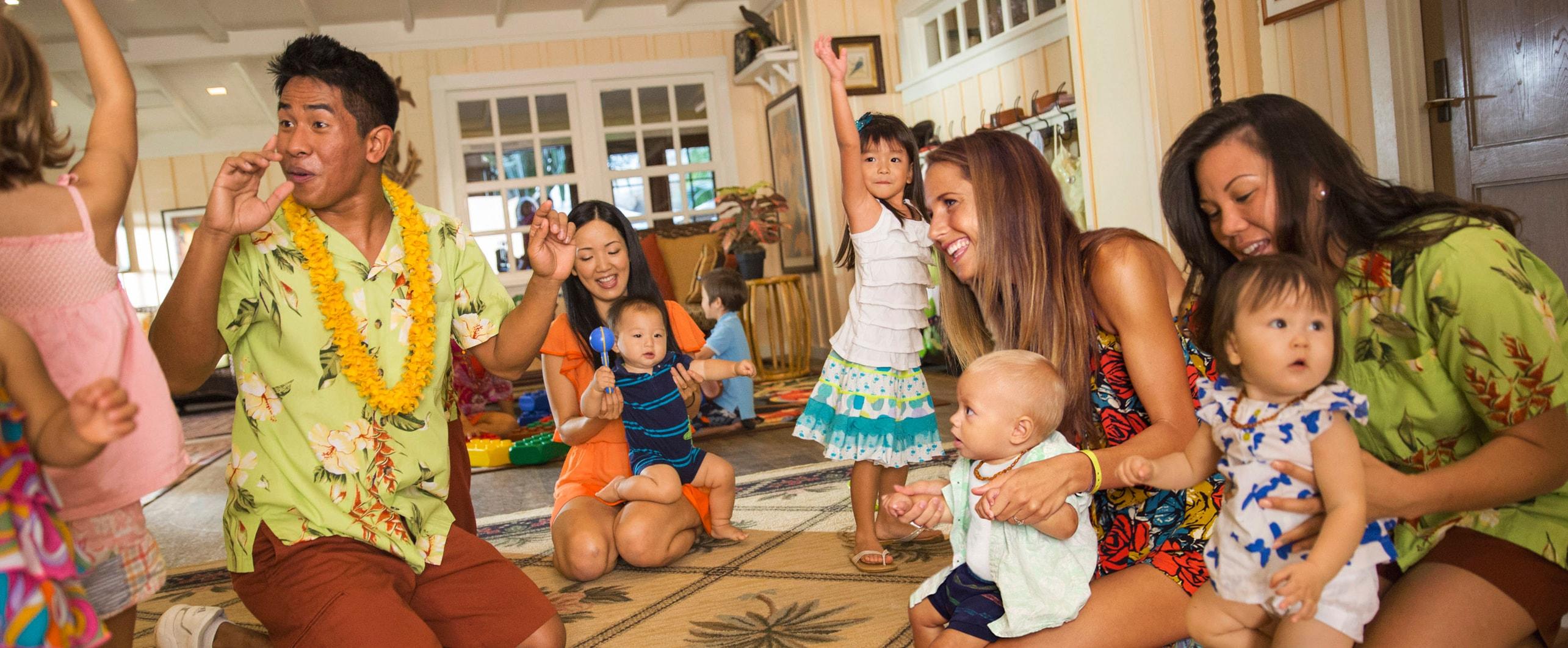 アンティーズ・ビーチ・ハウス内で小さな子供やママたちと楽しく遊ぶキャストメンバー