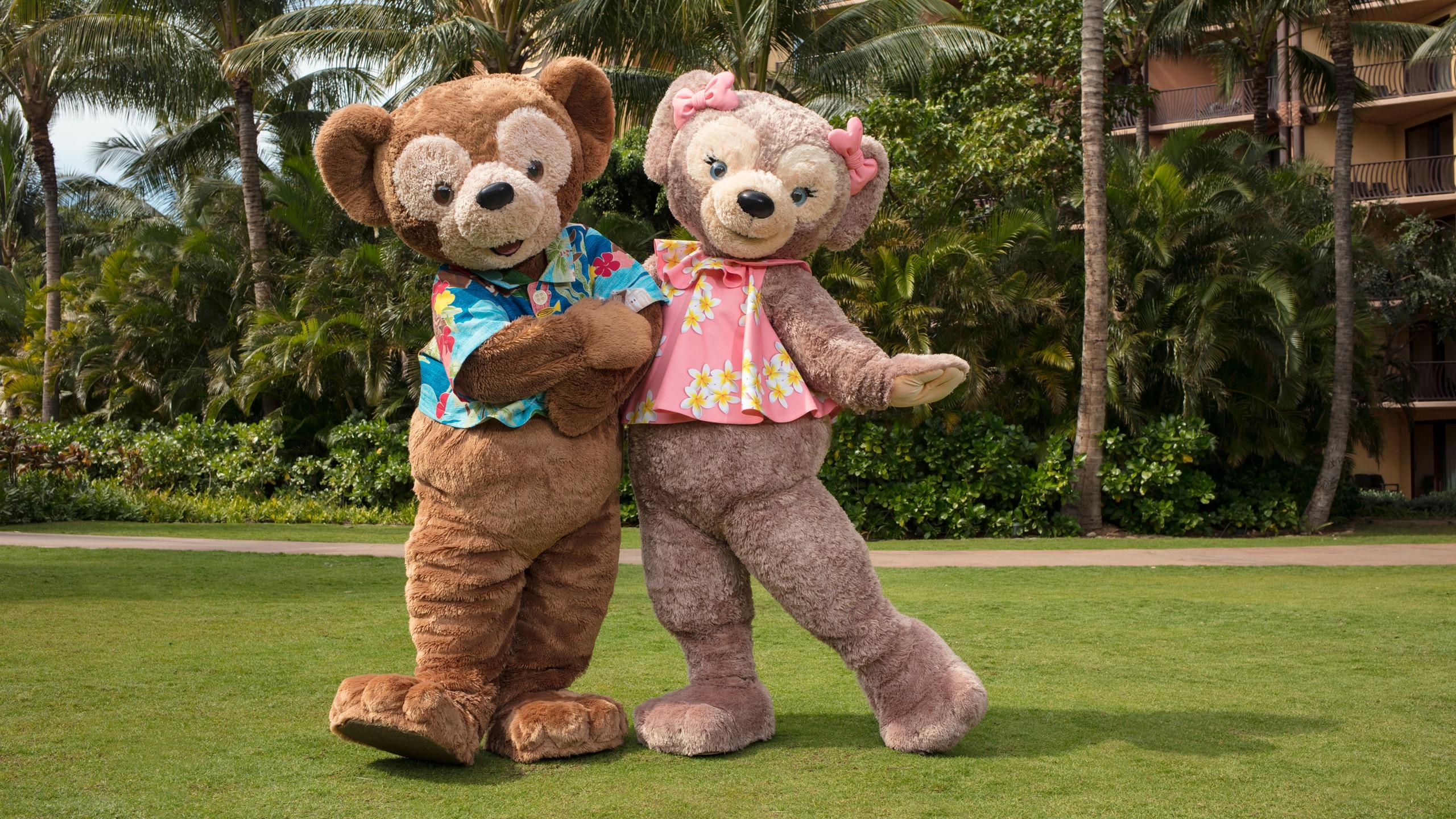 アウラニ・リゾートの芝生の上で並んで立っているダッフィーとシェリーメイ