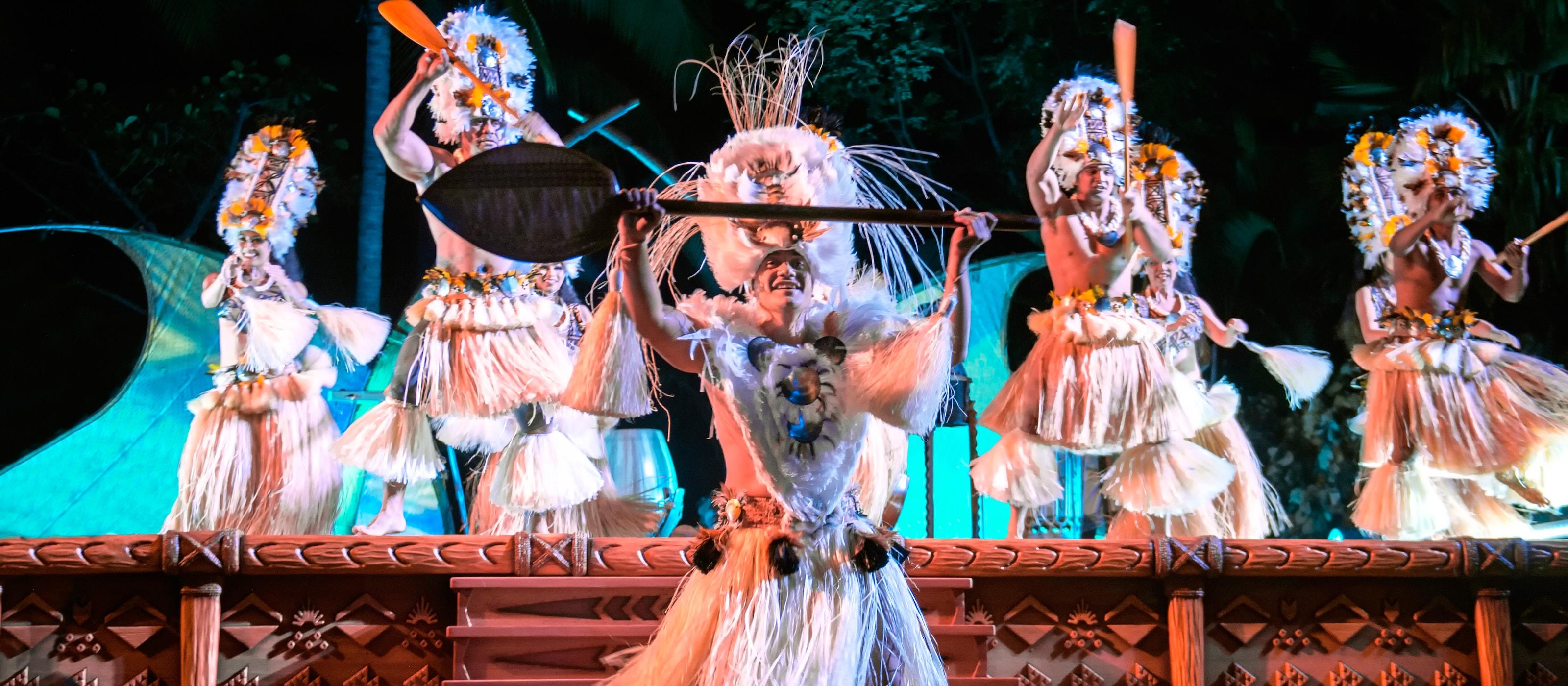ハワイの腰みのを着け、オールを使った伝統的なダンスを踊る男性ダンサーたち。