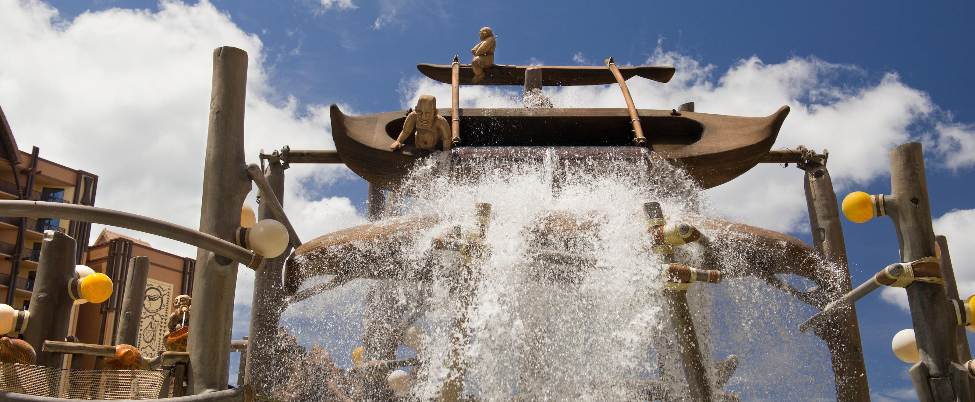 メネフネ・ブリッジのアウトリガーカヌーから、下にあるインタラクティブな水遊びエリアに流れ落ちる水