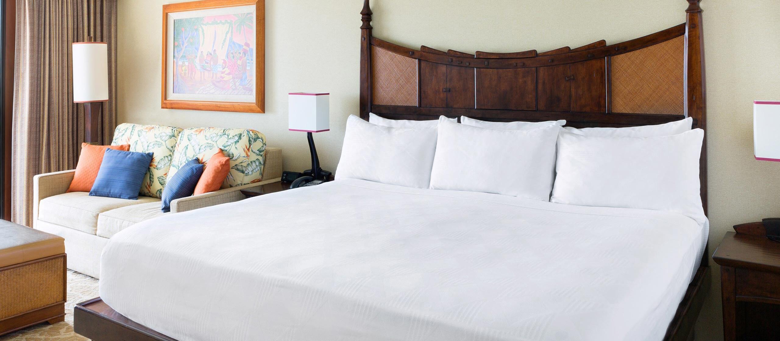 クイーンベッドが 2 台あり、椰子の木の眺めを楽しめる、アウラニ・リゾートのリゾートルーム