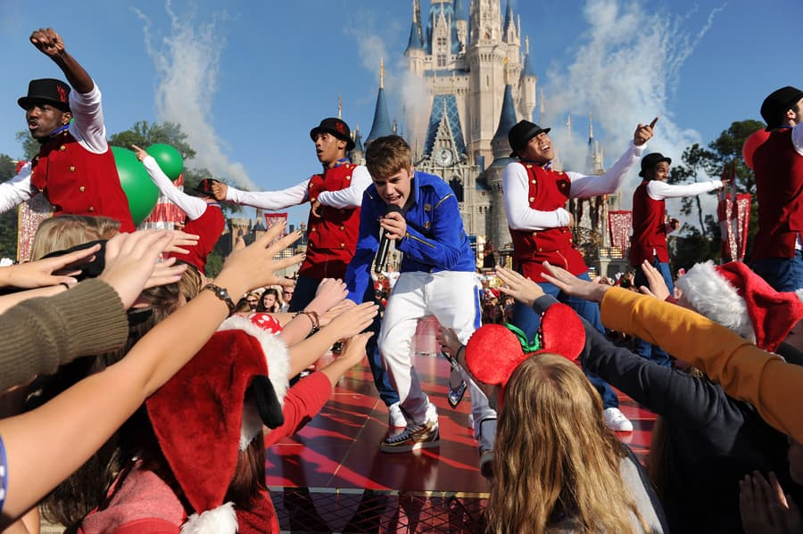 Disney Christmas Parade Taping 2019.Look Inside The Disney Parks Christmas Day Parade Taping