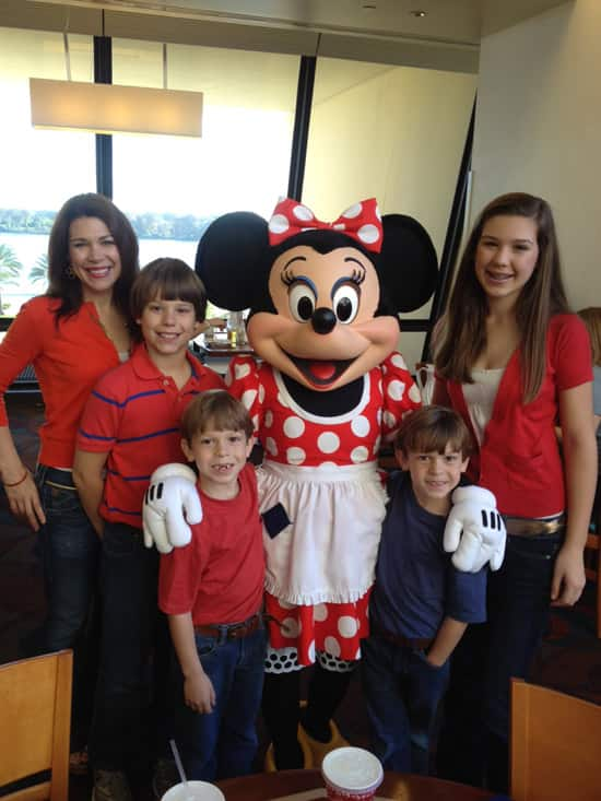 Walt Disney World Moms Panelist Jodie Hilson with her Family and Minnie Mouse at the Walt Disney World Resort