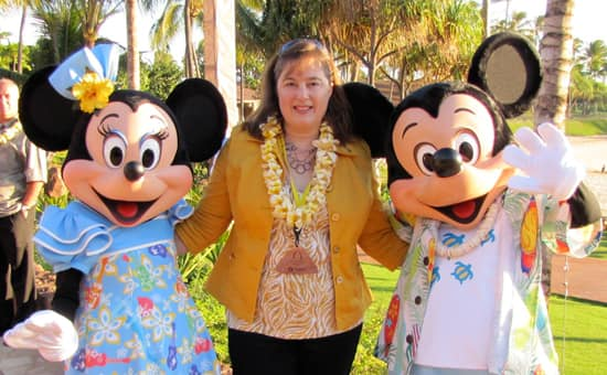 Walt Disney World Moms Panelist Jill Cooper with Mickey and Minnie Mouse at Aulani, a Disney Resort & Spa