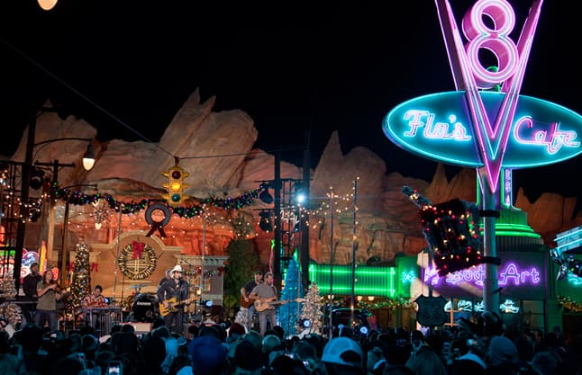 Brad Paisley Christmas.Brad Paisley Performs In Cars Land For Disney Parks