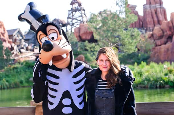 Laetitia Casta poses with Goofy at Disneyland Paris