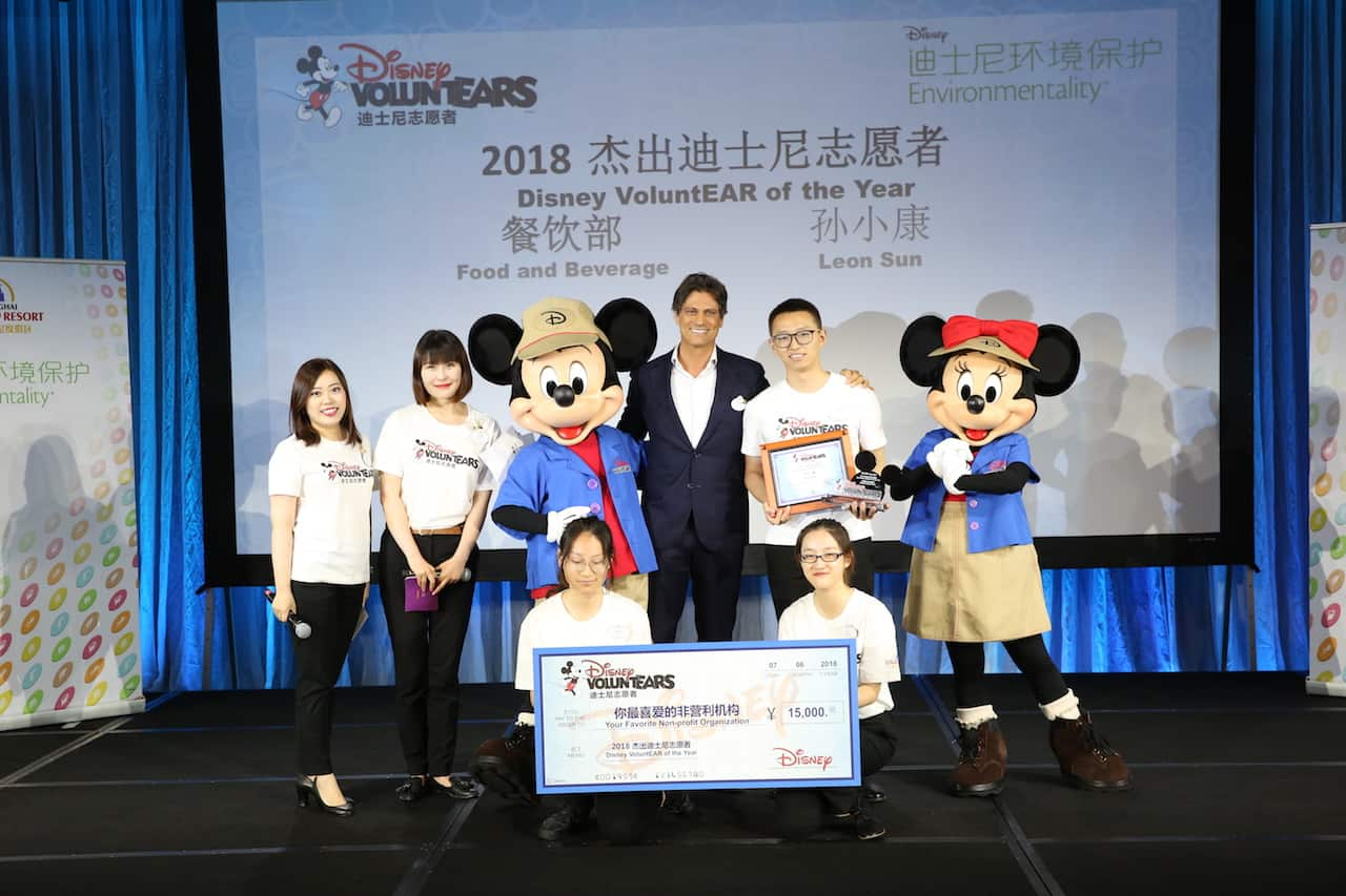 Shanghai Disney Resort VoluntEARS packed school bags for children in Sichuan during the 2018 Annual VoluntEARS & Environmentality Award Ceremony