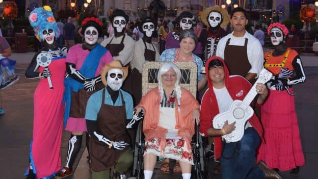 Disneyfamilia Cast Members Dress Up As Disney Pixar S Coco For Mickey S Not So Scary