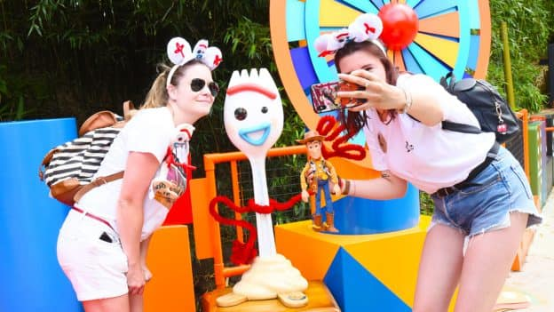 """Guests taking a picture with Forky from """"Toy Story 4"""" at Disneyland Paris"""