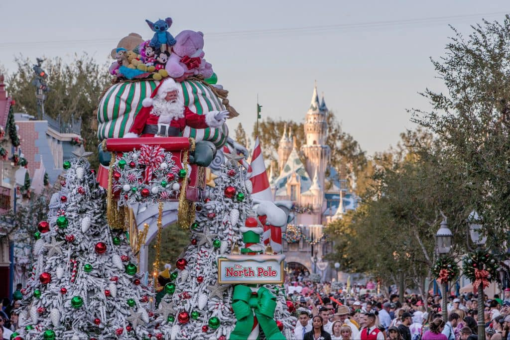 When Does Disneyland Decorate For Christmas.Disneyland Resort Decks The Halls For The 2019 Holiday