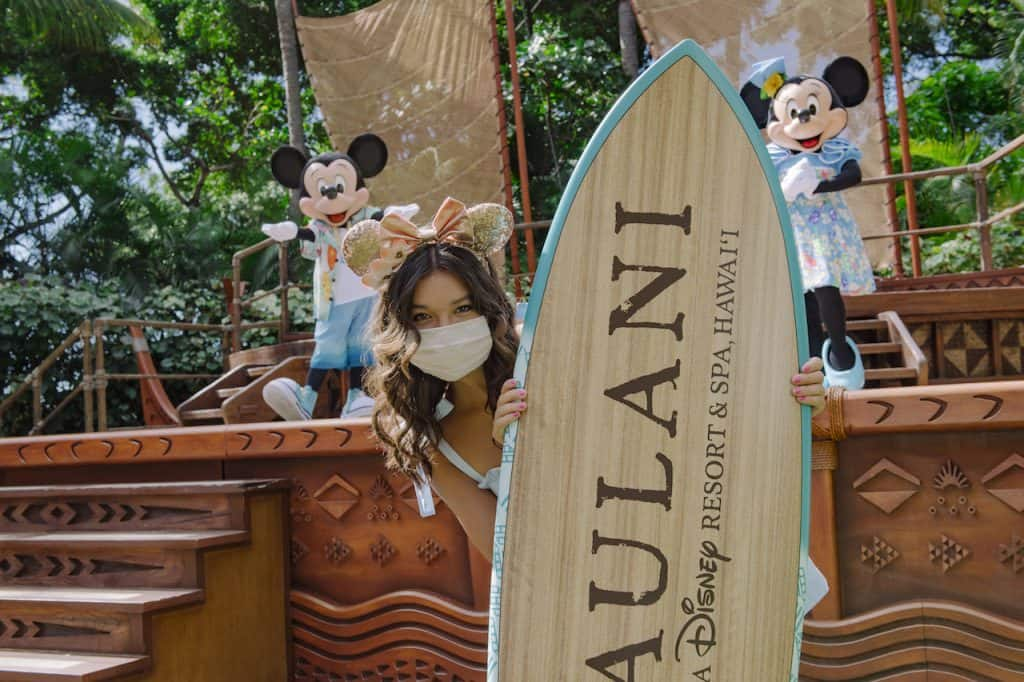 Peyton Elizabeth Lee visiting Mickey and Minnie Mouse at Aulani, A Disney Resort & Spa