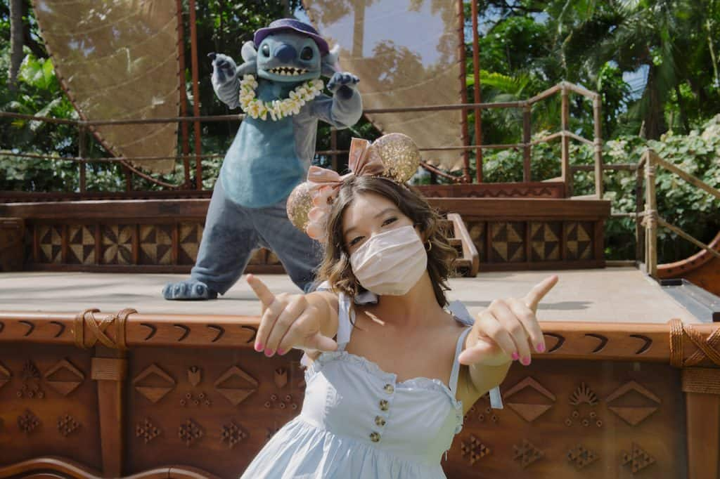 Peyton Elizabeth Lee visiting Stitch at Aulani, A Disney Resort & Spa