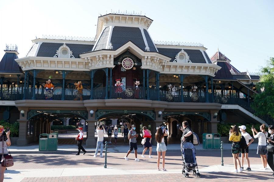 Mickey Mouse and his pals greeting gusts at Disneyland Park Paris