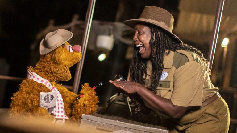 Vídeo: Fozzie aprende algumas piadas no Jungle Cruise