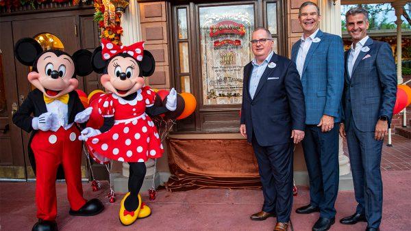 Disney World homenageia funcionário que trabalha no resort há 50 anos