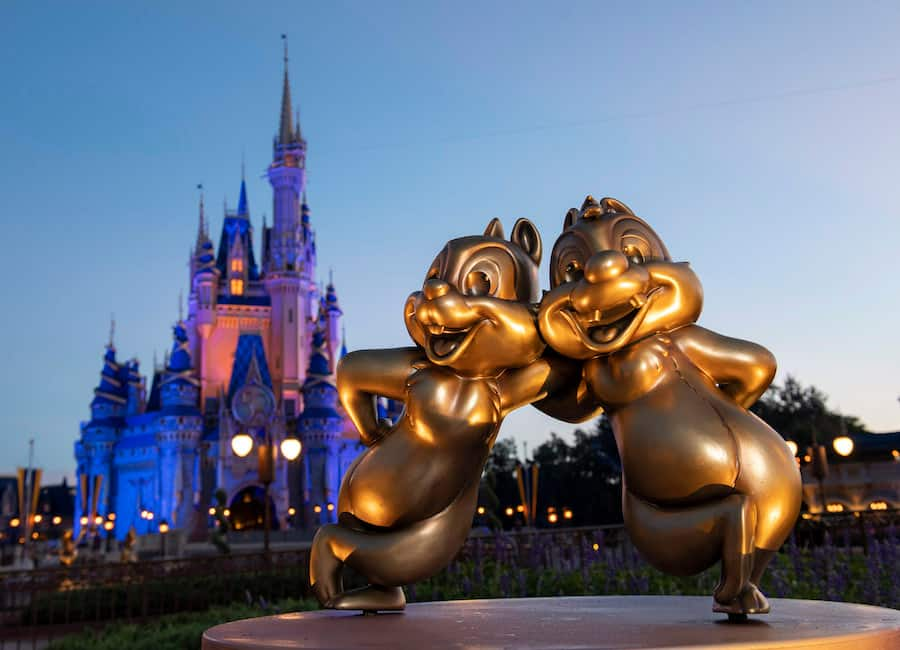 """Primeiras estátuas da coleção """"Disney Fab 50"""" são instaladas"""