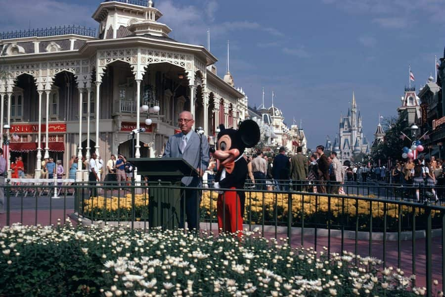 Há 50 anos, Roy O. Disney dedicava o parque Magic Kingdom