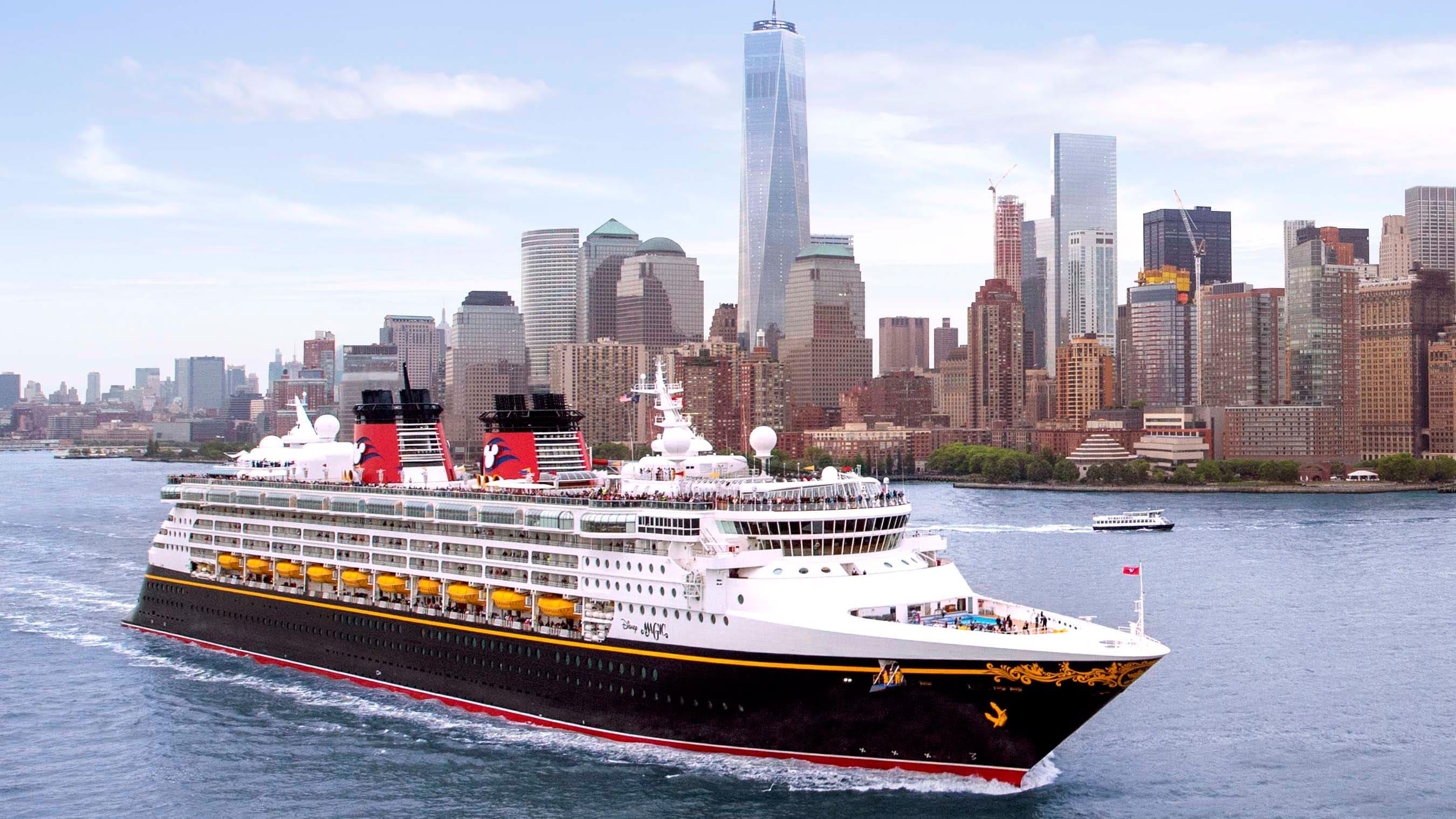 Um navio da Disney Cruise Line passa em frente a prédios assimétricos na cidade de Nova York.