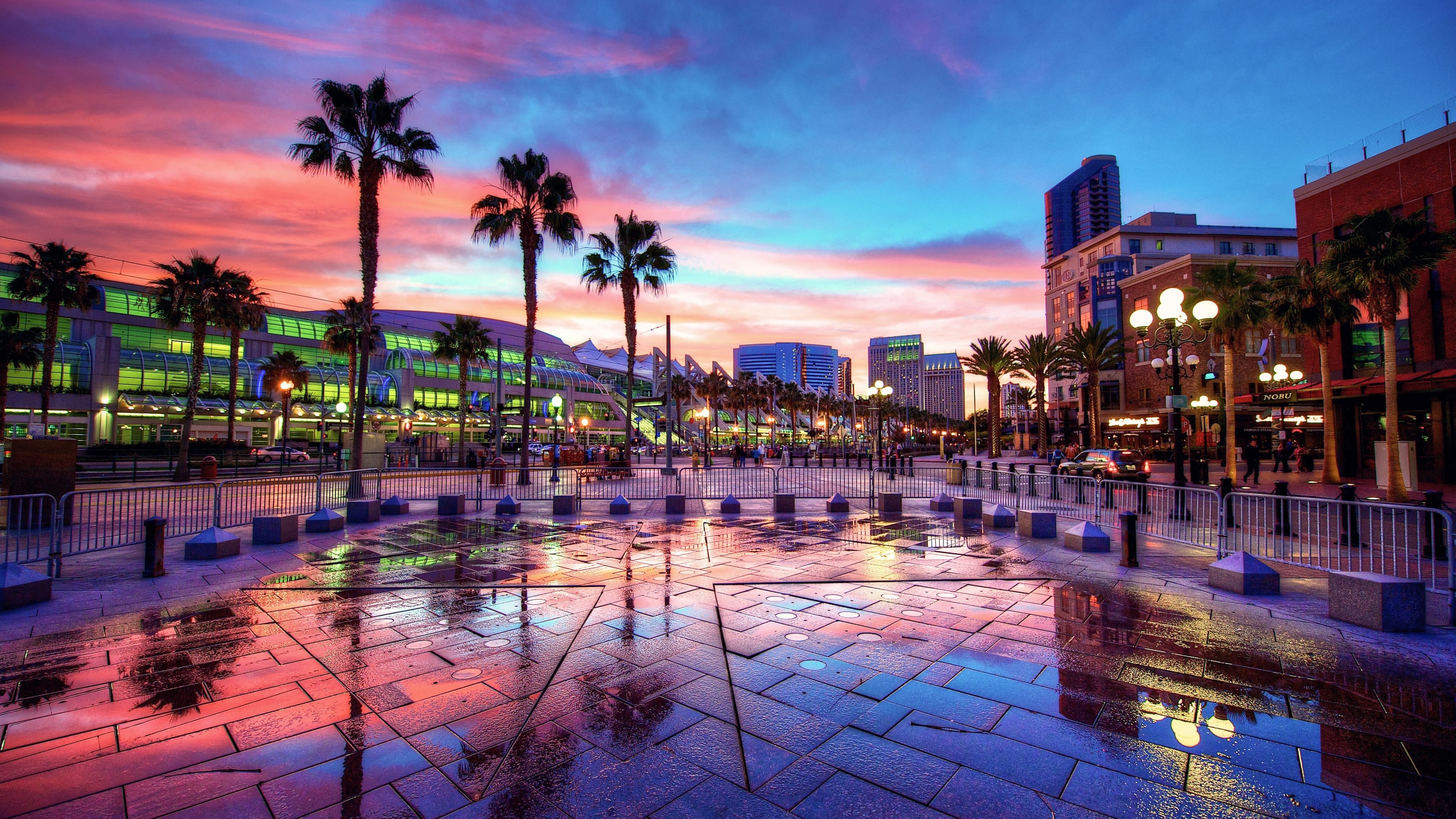 As modernas construções da área do porto de San Diego à noite