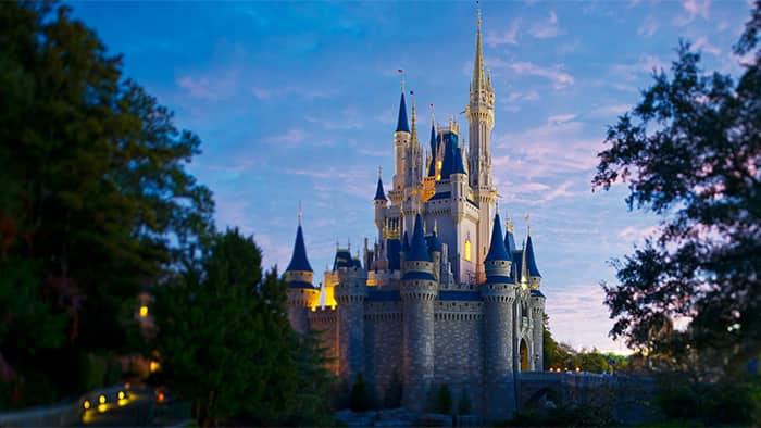 El castillo Cinderella Castle en Magic Kingdom Park en Orlando, Florida al atardecer