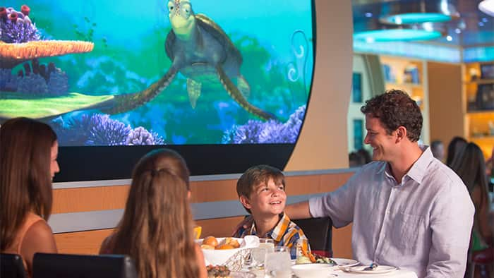 Em uma tela animada, a tartaruga Crush observa uma família feliz que janta no Animators Palate.