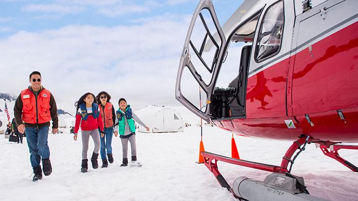 Une famille s'approche d'un hélicoptère