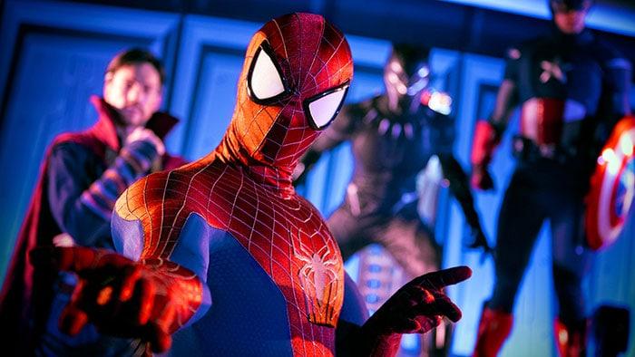 Spider-Man pose devant Docteur Strange, la Panthère noire et Captain America