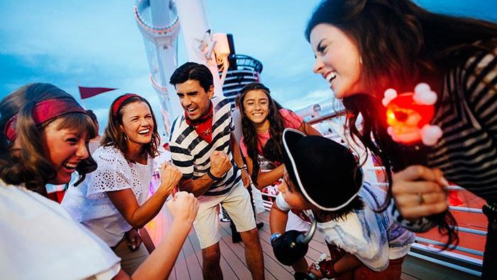 Une famille s'amuse et prend une photo sur le pont d'un navire de croisière
