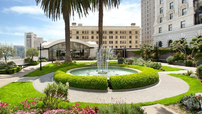 ホテル正面の噴水と椰子の木