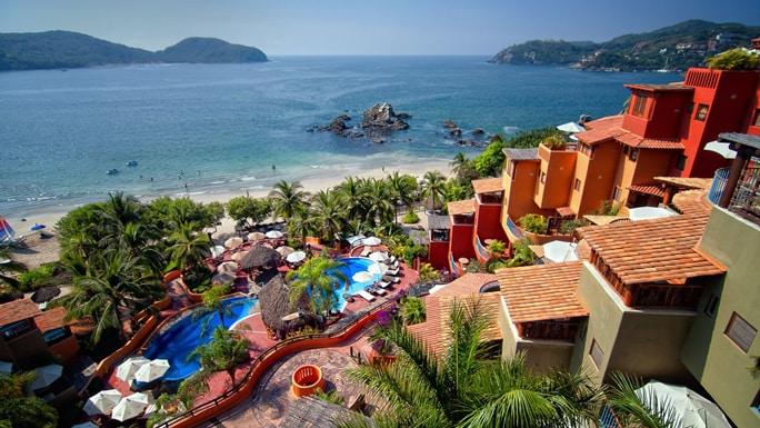 椰子の木や海に囲まれたビーチリゾート