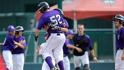 Varios jugadores de béisbol abrazan a otro, celebrando