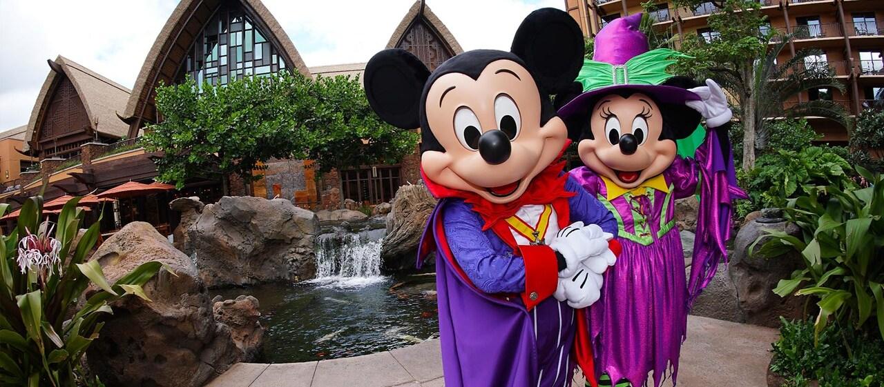 ハロウィーンコスチュームのミッキーとミニー