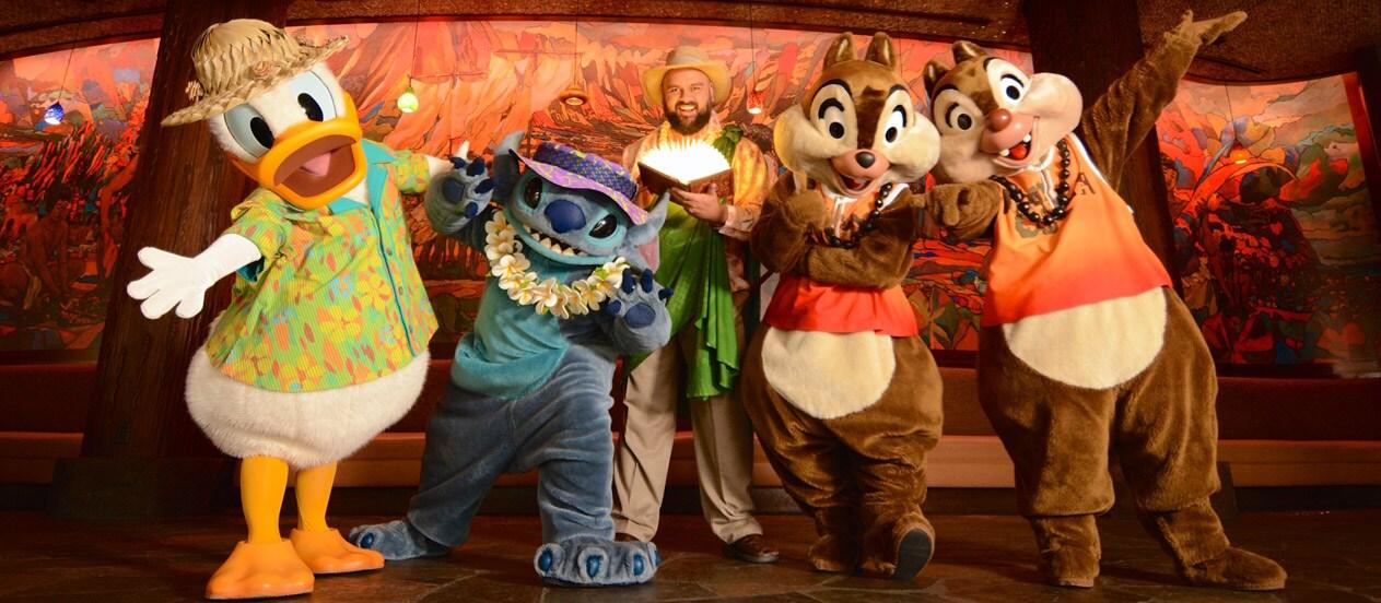 ひげを生やした「アンクル」が帽子をかぶり、開いた本を持っているその隣で、ドナルドダック、スティッチ、チップ & デールなどの「メネフネ・ミスチフ」ショーのディズニーキャラクターが立っている場面。