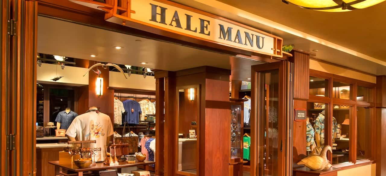 外部に木製パネルをあしらったハレ・マヌ・ブティックでは、リゾートウェアやハワイアン・ジュエリーを販売