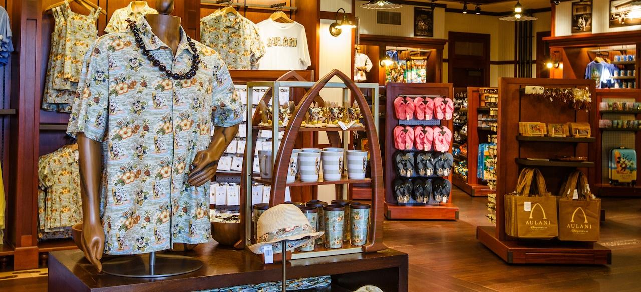 カレパ・ストアに並ぶ、ハワイアンシャツ、マグカップ、ビーチサンダル、トートバッグなどの商品
