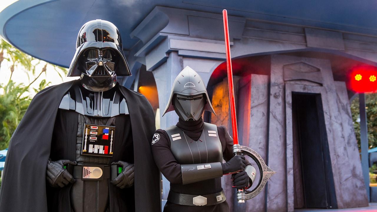 Darth Vader y una guardia con un sable de luz rojo