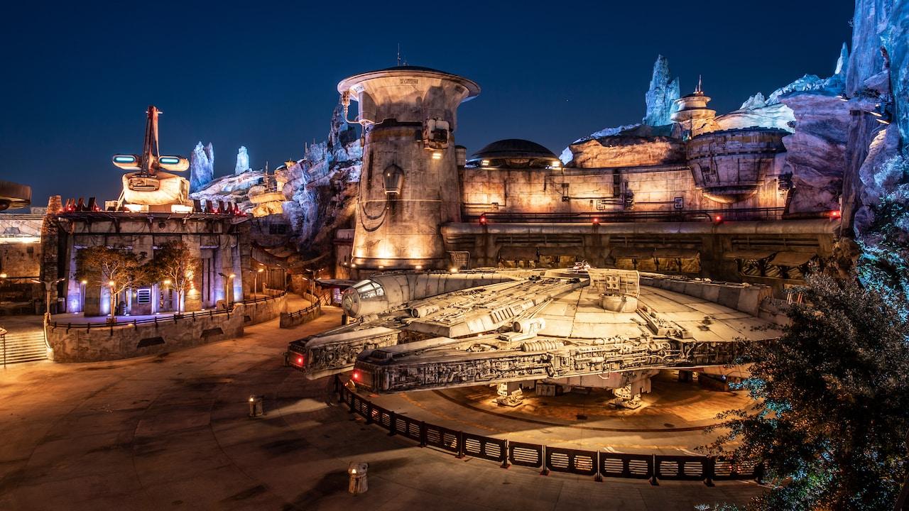 El Halcón Milenario atracado bajo los exóticos edificios de Star Wars y capiteles de madera petrificada