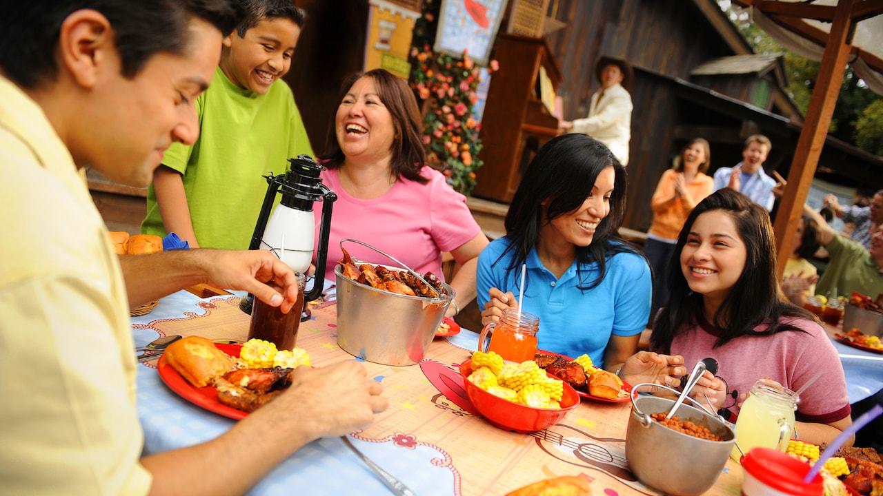 Disfrutando una rica comida entre familia y amigos en un restaurante de Disneyland
