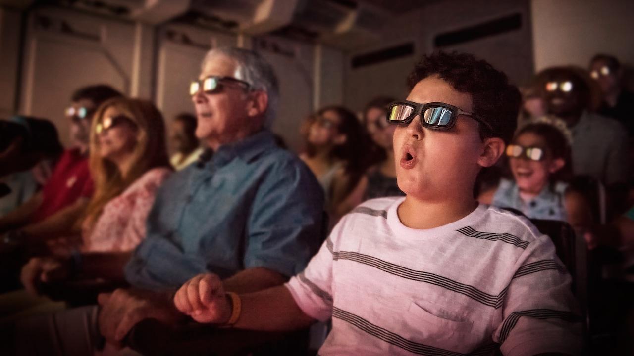 Visitantes portan lentes de vuelo en 3D, en la atracción Star Tours The Adventures Continue