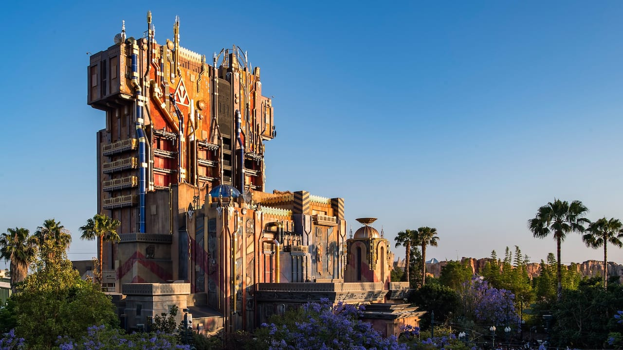 Una impresionante ciudadela en la atracción Guardians of the Galaxy: Mission Breakout!