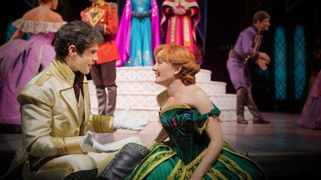 En la obra musical de Disney's Frozen, Anna y el Príncipe Hans conversan en la corte real