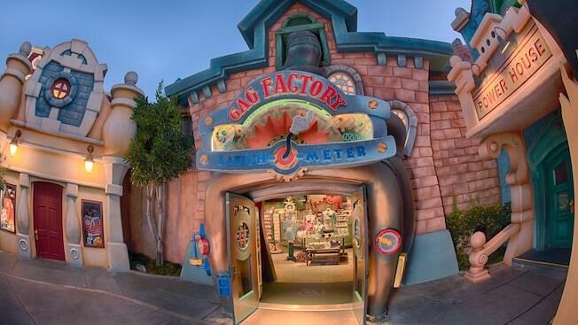 Un fantasioso medidor de risa con el guante blanco de Mickey apuntando hacia la tienda Gag Factory Toontown Five & Dime