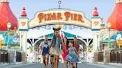 Una familia sonriente saliendo de Pixar Pier