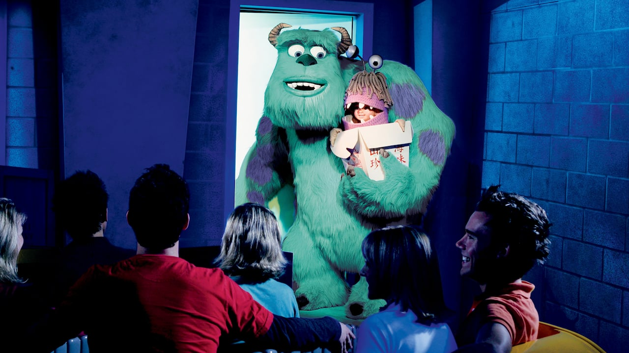 Los Visitantes pasan a Sulley y Boo mientras pasean en la atracción Monsters, Inc. Mike & Sulley to the Rescue!