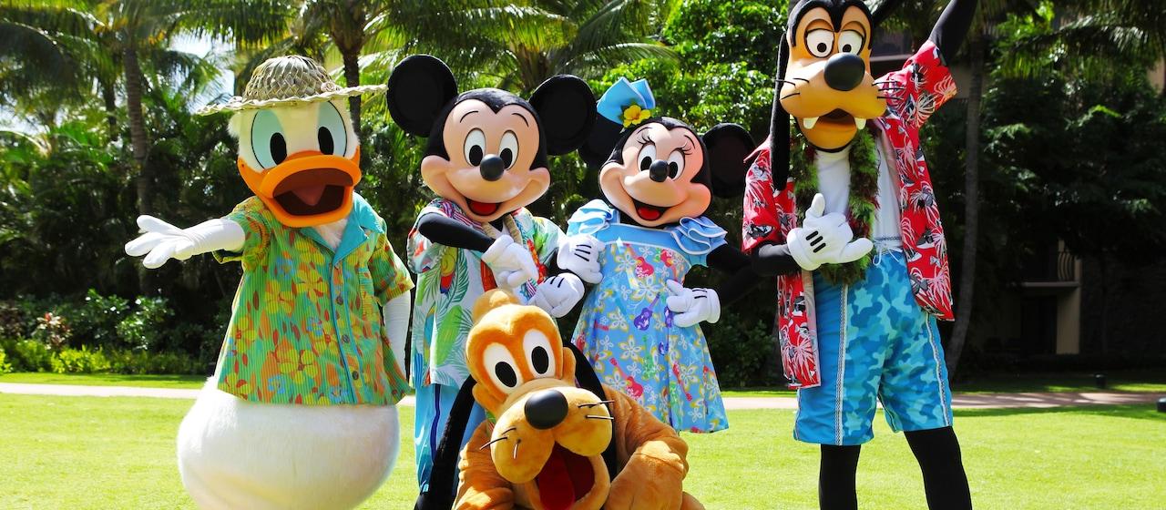 アロハシャツを着てポーズを決めるミッキーと仲間たち