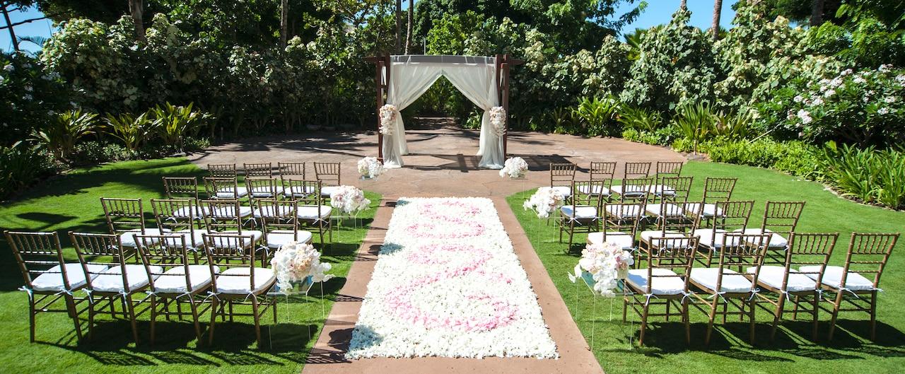 ウェディング用にハラヴァイ・ローンにセットアップされた椅子、花、ガゼボ