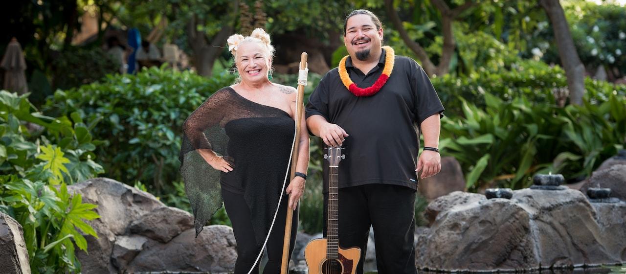 ギターに手を乗せた笑顔のソニー・カプと、ウォッシュタブベースを持つ母のマーシャ