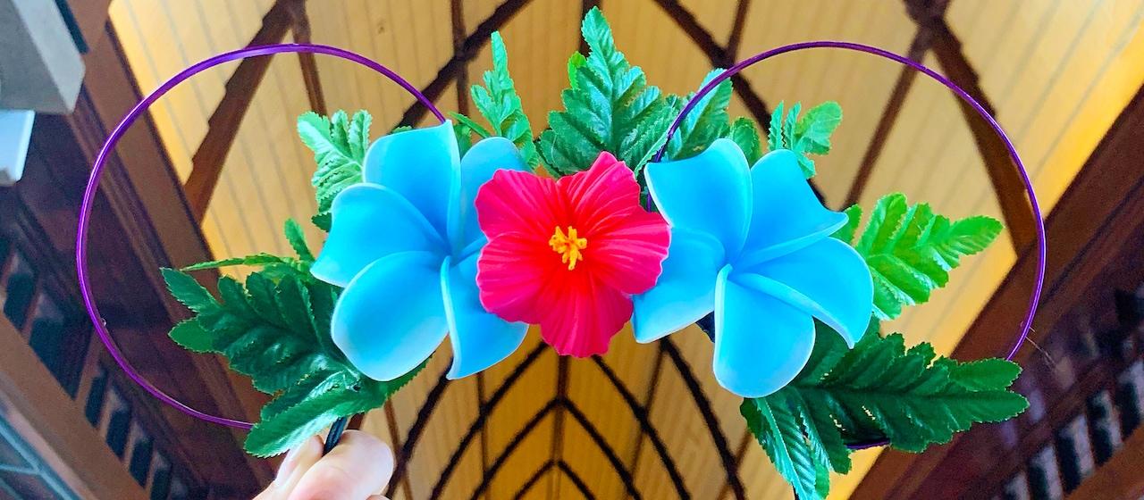 鮮やかな色とりどりのハワイの花や葉で飾り付けをしたミッキーの耳つきカチューシャ