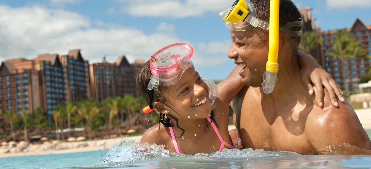 アウラニのラグーンでのシュノーケリングで幸せな時間を過ごす父と娘